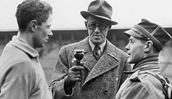 Sven Jerring intervjuar segraren William Grut i SM i modern femkamp 1939 och andre man Claes Egnell. Foto: SVT