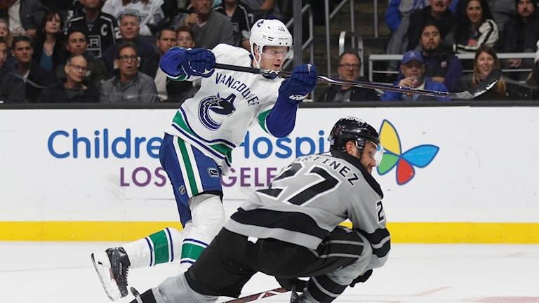 Elias Pettersson avlossar ett skott i Vancouvertröjan.