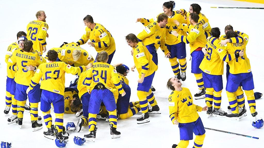 Sverige jublar efter segern i finalen i ishockey-VM mellan Sverige och Schweiz i Royal Arena.