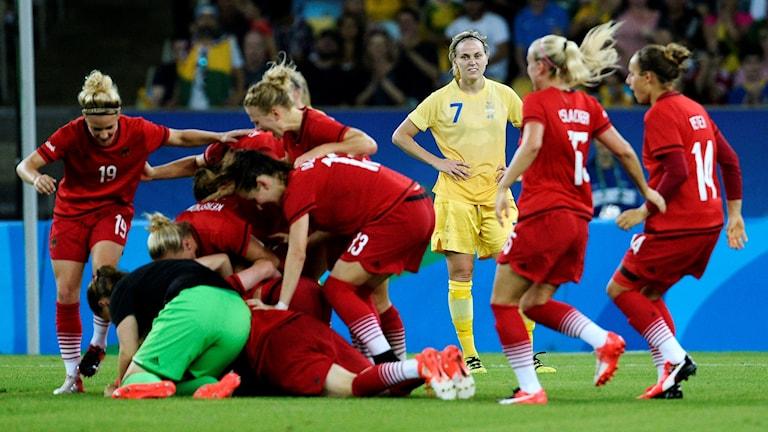 Sveriges Lisa Dahlkvist betraktar jublande tyskor efter slutsignalen och 1-2 förlusten.