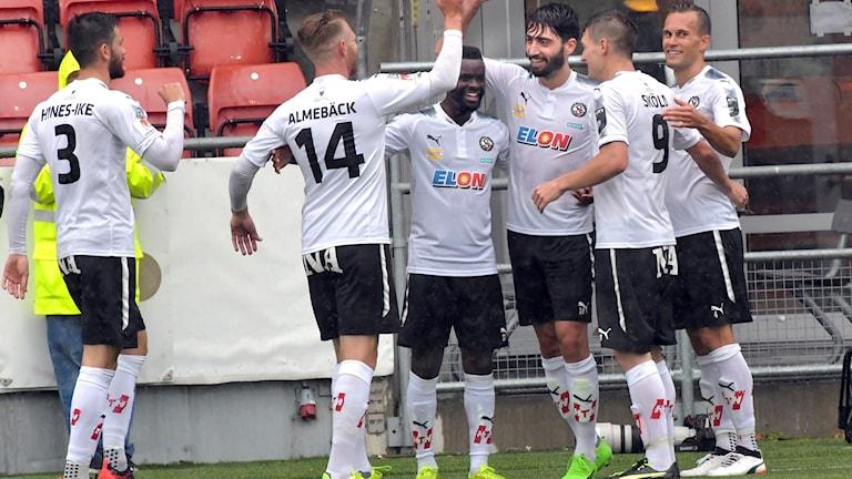 Nahir Besara och Örebro firar 4-0-målet mot Göteborg.