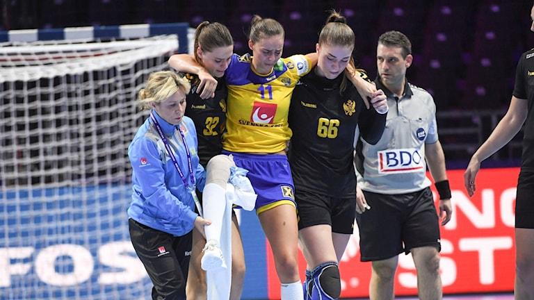 Daniela Gustin fick ledas av planen efter en knäskada mot Montenegro.