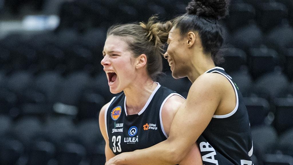 LULEÅ 2021-04-25 Luleås Maggie Lucas och Chioma Nnamaka under söndagens basketmatch i damernas SM-slutspel, final 4 i bäst av 5, mellan Luleå Basket och Alvik Basket i Luleå Energi Arena. Foto Pär Bäckström/TT