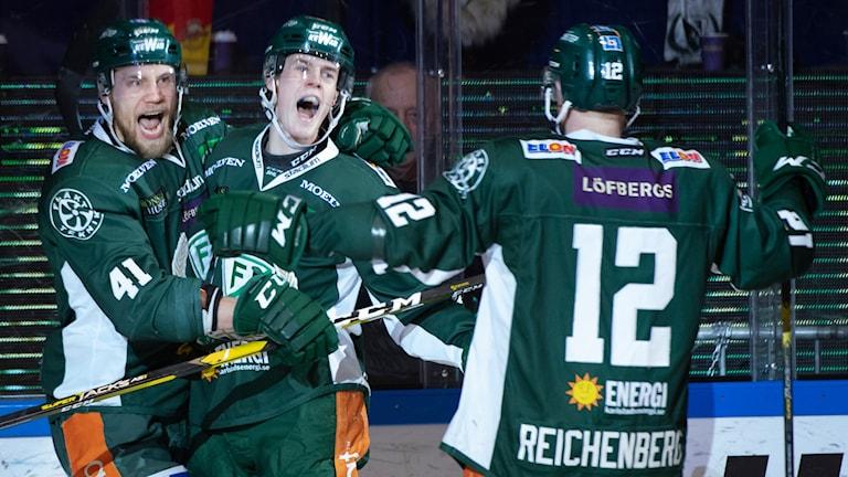 Carl Jakobsson grattas av Ilari Melart efter 2-0 målet