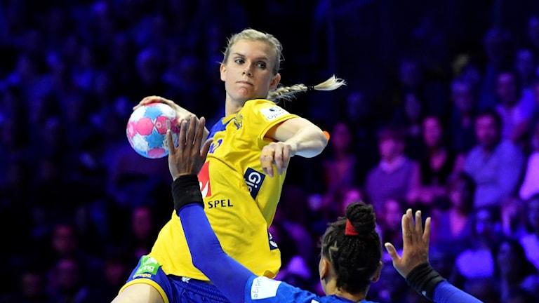 Jenny Alm sätter ett av Sveriges mål mot Frankrike.