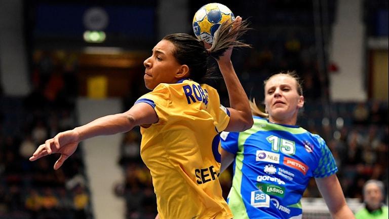 Sveriges Jamina Roberts under tisdagens EM-match i handboll mellan Slovenien och Sverige i grupp A på Hovet i Stockholm.