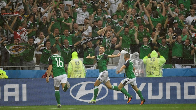 20160616 Nordirland jublar efter mål mot Ukraina i EM:s gruppspel. Foto: Jeff Pachoud/AFP photo