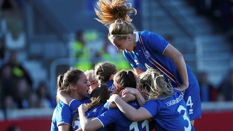 Islands landslag under VM-kvalmatchen mot Tyskland.
