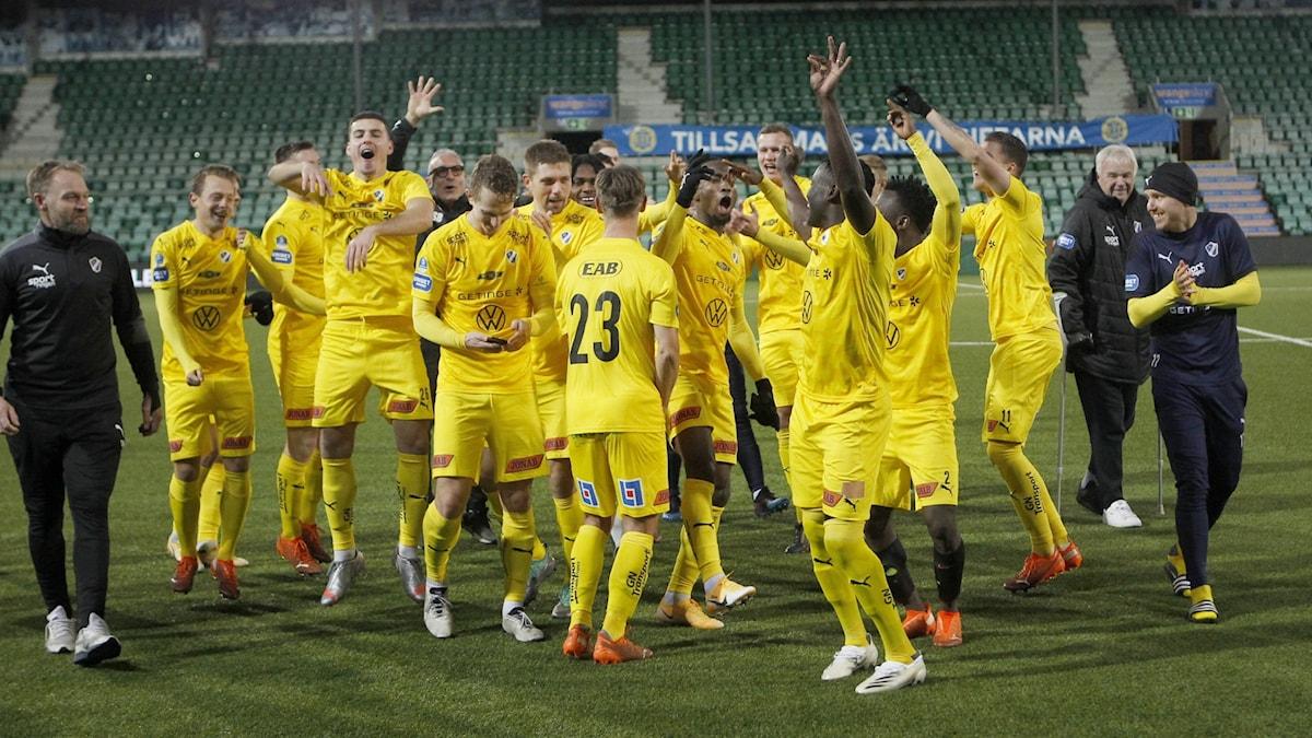 SUNDSVALL 20201121  Halmstadsspelarna jublar efter segern i lördagens fotbollsmatch i superettan mellan GIF Sundsvall och Halmstad BK på NP3 Arena. Foto: Mats Andersson / TT