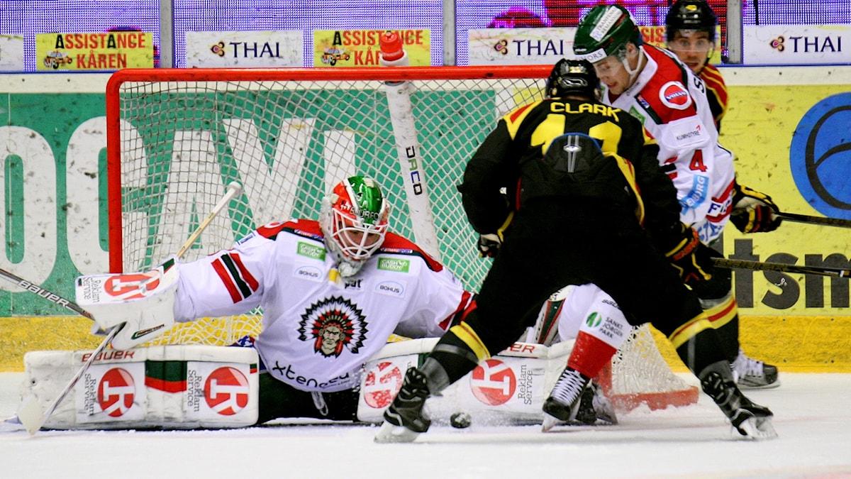 Frölundas målvakt Dan Bakala mot Brynäs.