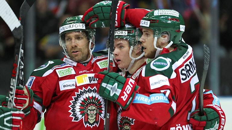 Frölundas Victor Olofsson kramas om efter 1-0-målet.