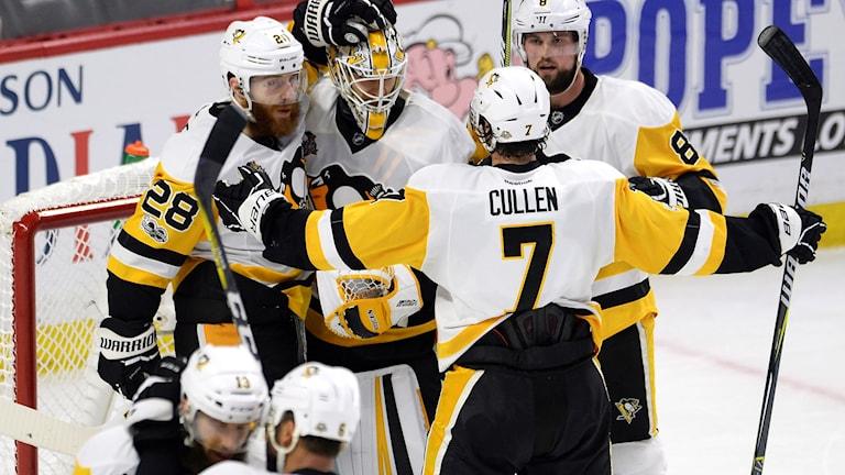 Pittsburgh firar nattens seger mot Ottawa.