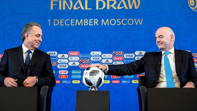 Fifapresidenten Gianni Infantino (höger) och Rysslands biträdande statsminister Vitaly Mutko. Foto: ALEXANDER NEMENOV/TT