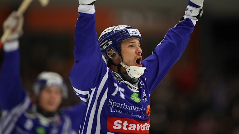 illas Jesper Eriksson jublar efter 3-0 under onsdagens bandymatch i elitserien mellan Villa Lidköping BK och Västerås SK/BK i Sparbanken Lidköping Arena