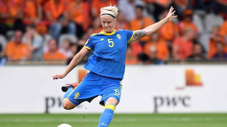 Nilla Fischer i lördagens kvartsfinal mellan Holland och Sverige på på De Vijverberg arena i Doetinchem i Holland.
