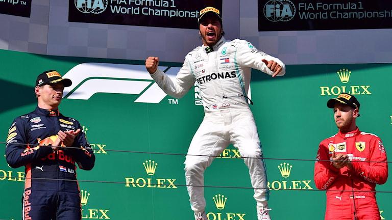 Lewis Hamilton (mitten) vann Ungerns GP.