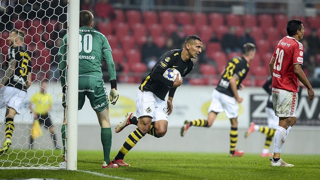KALMAR 20210923 AIK:s Nabil Bahoui jublar efter att ha kvitterat till 1-1 under torsdagens allsvenska fotbollsmatch mellan Kalmar FF och AIK på Guldfågeln Arena.  Foto Patric Söderström / TT