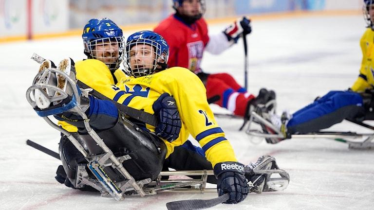 Niklas Ingvarsson (vänster) gjorde Sveriges mål.