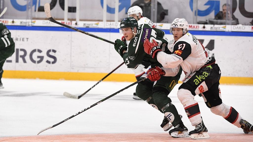 KARLSTAD 2021-03-31 Färjestad's Oscar Bäck mot Malmö's Emil Sylvegård under onsdagens ishockeymatch i SHL mellan Färjestad BK och IF Malmö Redhawks i Löfbergs Arena. Foto: Tommy Pedersen / TT