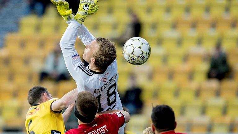 Östersunds målvakt Andreas Andersson tappar bollen som sedan blir till straff för Elfsborg under tisdagens fotbollsmatch i allsvenskan mellan IF Elfsborg och Östersunds FK på Borås Arena.