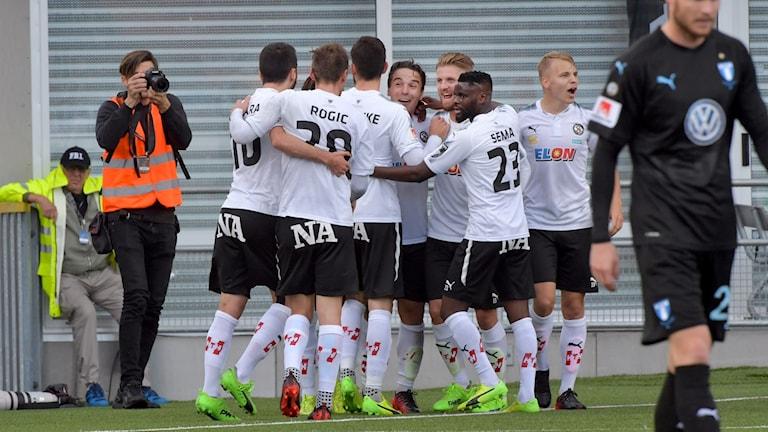 Örebro firar 1-1-målet mot Malmö.