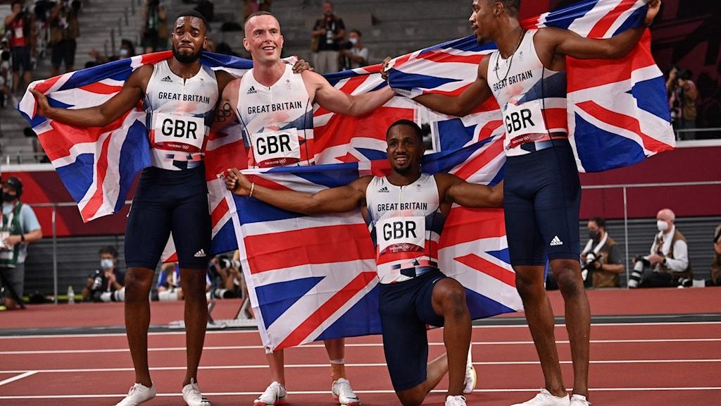 Det brittiska sprintlaget firar silvret i Tokyo.