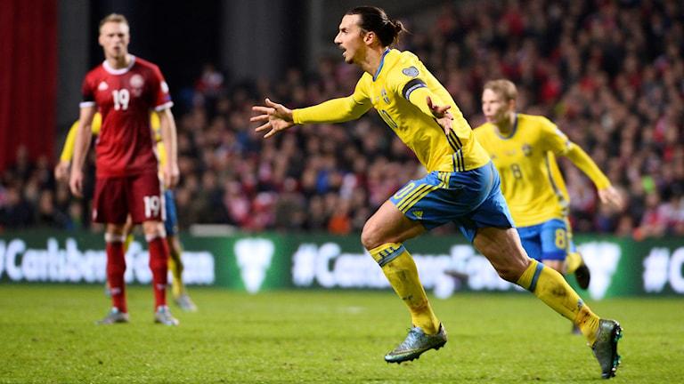 Zlatan efter sitt andra mål mot Danmark i EM-kvalplayoff 2015.