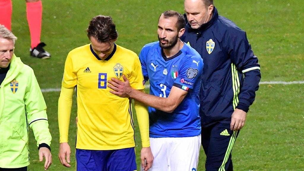 STOCKHOLM 20171110 Sveriges Albin Ekdal skadas och byts ut under fredagens VM-kvalmatch i fotboll mellan Sverige och Italien på Friends Arena. Foto: Jonas Ekströmer / TT