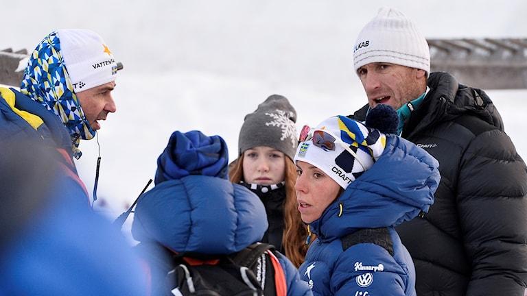 Charlotte Kalla med landslagsläkaren Per Andersson (tv) och hennes tränare Magnus Ingesson.