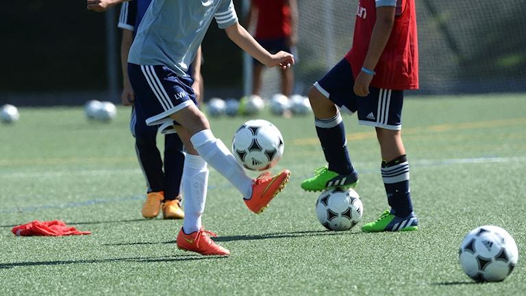 Barn spelar fotboll på nytt sätt 2019.