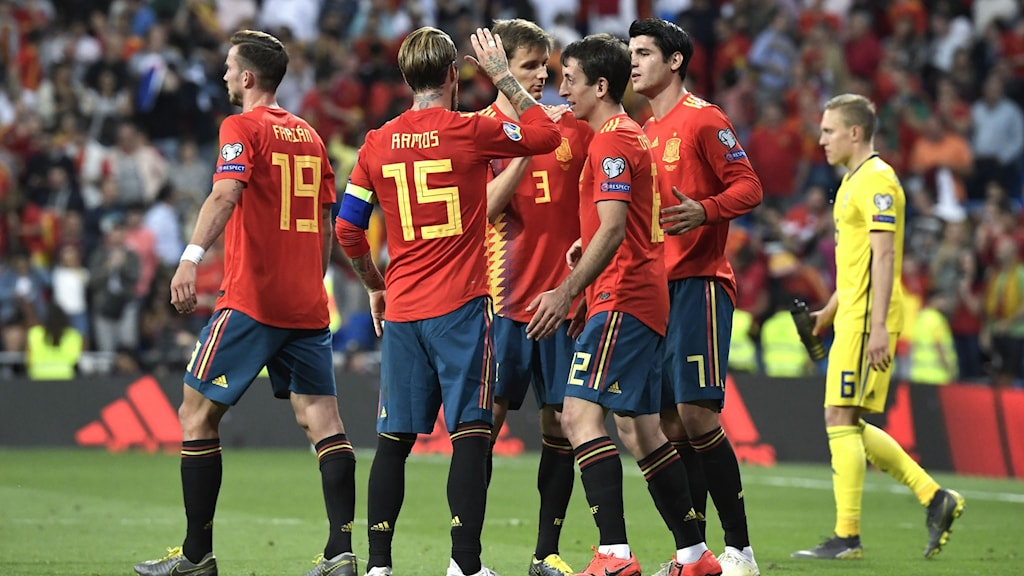 MADRID 20190610  Det Spanska herrlandslaget firar efter måndagens 3-0  vinst mot Sverige i EM-kvalmatch grupp F på Santiago Bernabéu-stadion. Foto Janerik Henriksson / TT