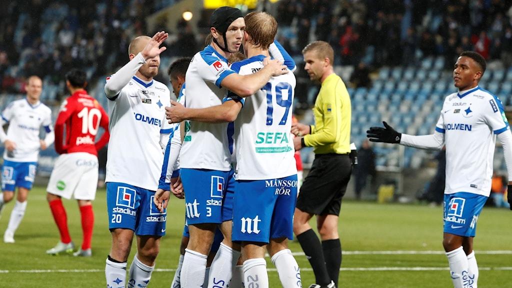 IFK Norrköpings Sebastian Andersson klappas om av lagkamraterna efter 2-1-målet.