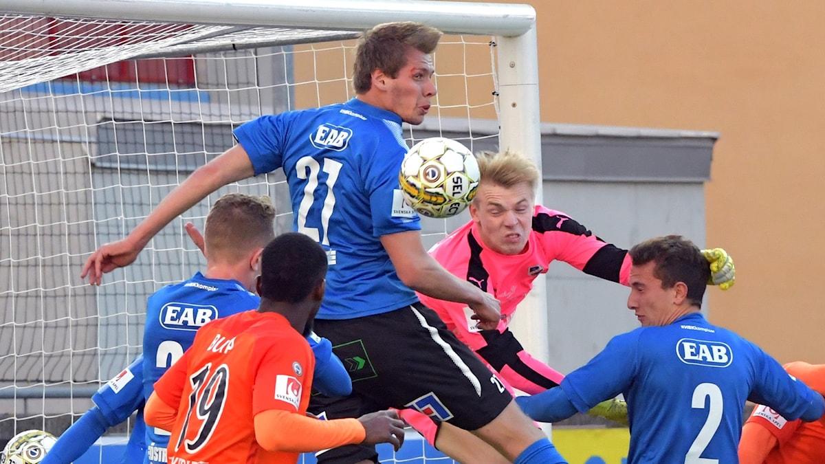 Halmstads målvakt Isak Pettersson mot AFC.
