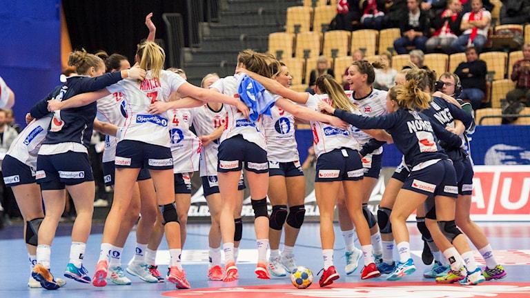 Norges jublar efter segern med 23-24 i tisdagens EM-match i damhandboll mellan Ungern och Norge i grupp 2 i Helsingborg Arena
