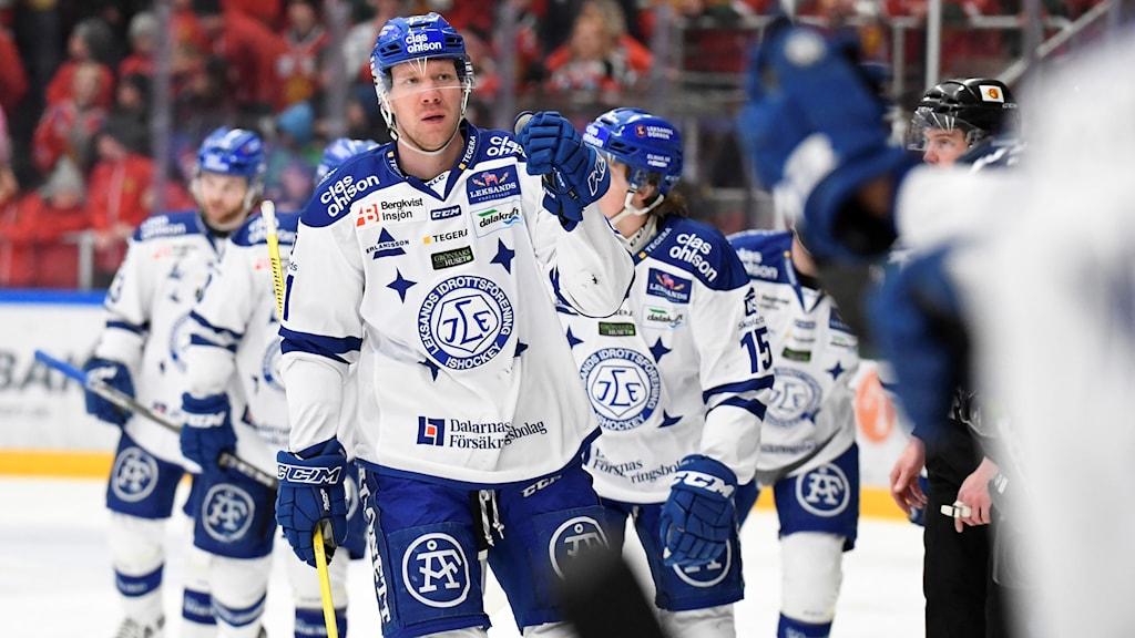 Leksands Johan Porsberger har gjort 0-1 under måndagens direktkval till SHL, match 1 i bäst av 7 mellan Mora IK och Leksands IF i Jalas Arena.