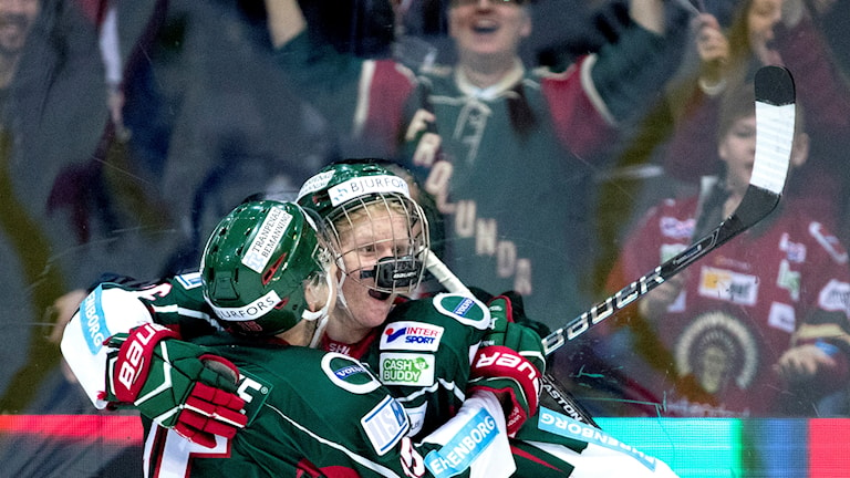 Frölundas Rasmus Dahlin jublar efter 1-0 i lördagens kvartsfinal 5 i bäst av 7 mellan Frölunda HC och Skelefteå AIK i SM-slutspelet i ishockey i Scandinavium i Göteborg.