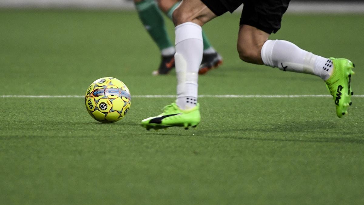 GÄVLE 20181020  En fotbollsspelare med en fotboll under en match i allsvenskan på Gavlevallens konstgräs.  Foto Pontus Lundahl / TT
