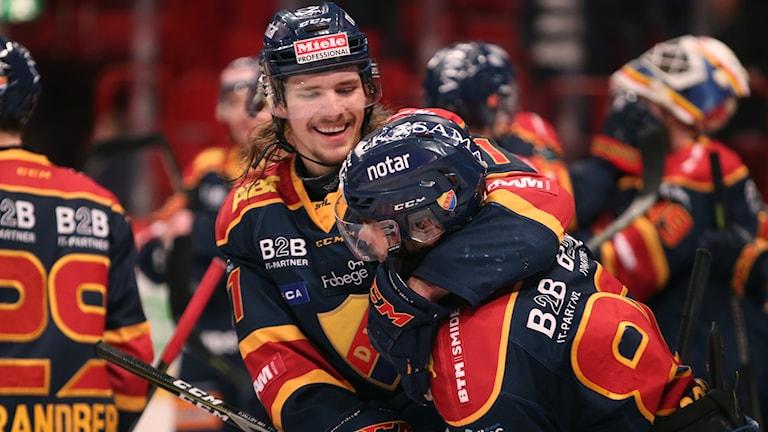 Djurgårdens Axel Jonsson-Fjällby kramar om Gustav Possler efter deras seger med 2-1 i tisdagens semifinal 5 i bäst av 7 i ishockeyns SM-slutspel mellan Djurgårdens IF och Skellefteå AIK i Globen i Stockholm.