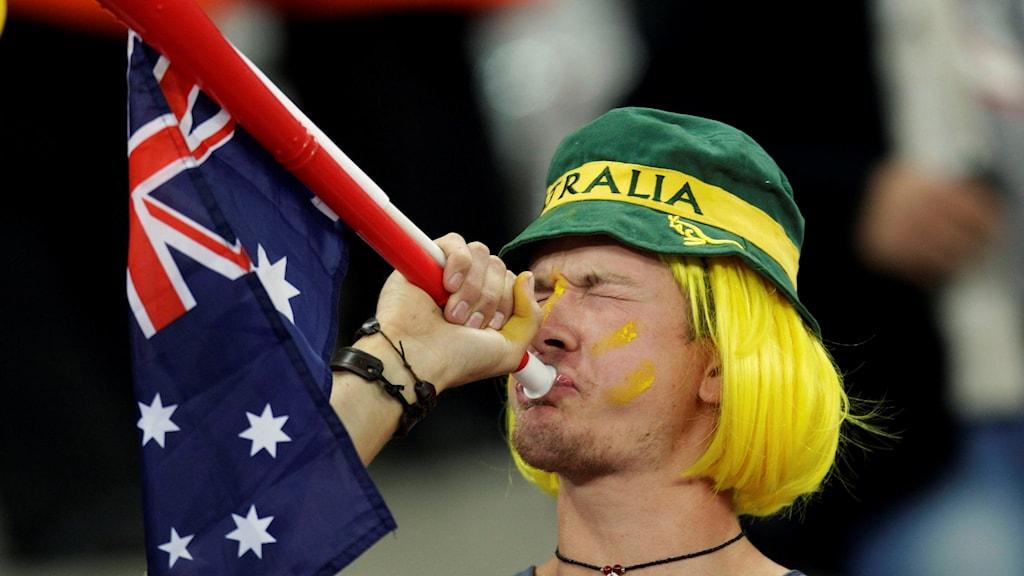 Man som blåser i en vuvuzela. Luca Bruno/TT