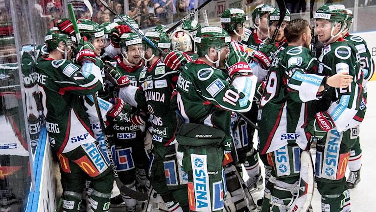 Frölunda jublar efter avgörandet i match sju i kvartsfinalserien mot Skellefteå.