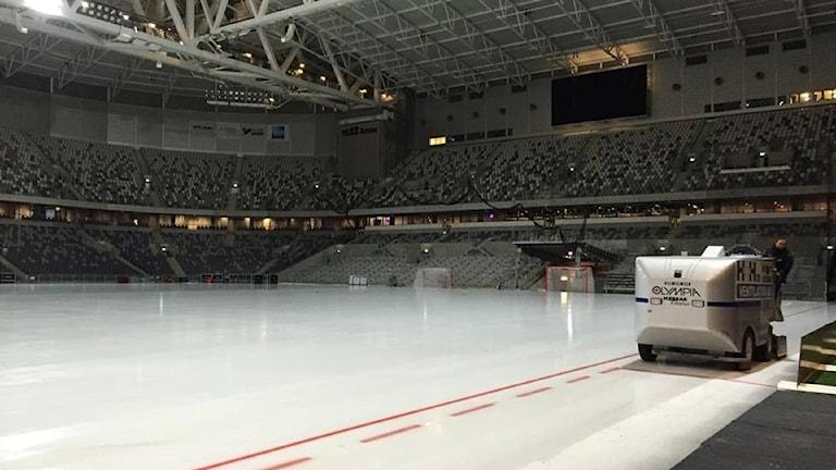 Isen förbereda inne på Stockholmsarenan. Foto: Andreas Lundin/SR