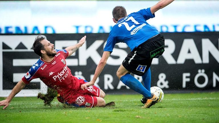 HALMSTAD 20171014 Halmstads Marcus Johansson får IFK Göteborgs Tobias Hysén ur balans under lördagens match i fotbollsallsvenskan mellan Halmstad BK och IFK Göteborg på Örjans Vall. Foto: Björn Lindgren / TT