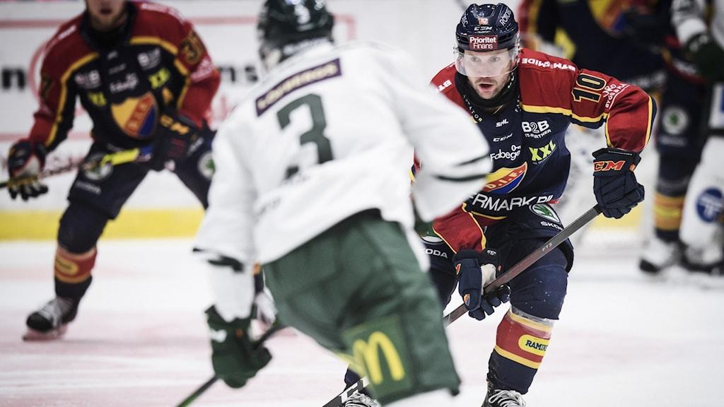 STOCKHOLM 20210327 Djurgårdens Niclas Bergfors under lördagens ishockeymatch i SHL mellan Djurgårdens IF och Färjestads BK på Hovet. Foto Erik Simander/TT