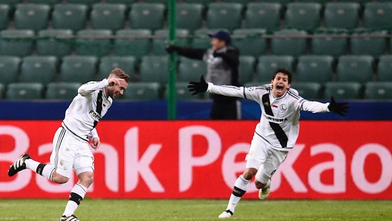 Legia Warszawas Thibault Moulin jublar inför tomma läktare.