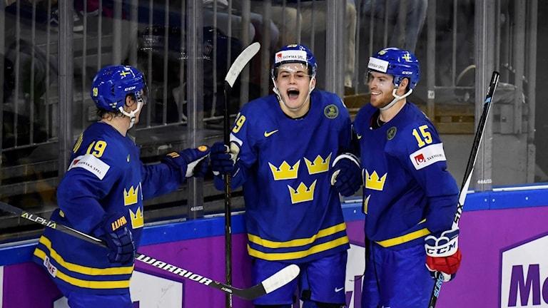 William Nylander (i mitten) jublar efter att ha gjort 3-0 för Sverige mot Danmark i hockey-VM.