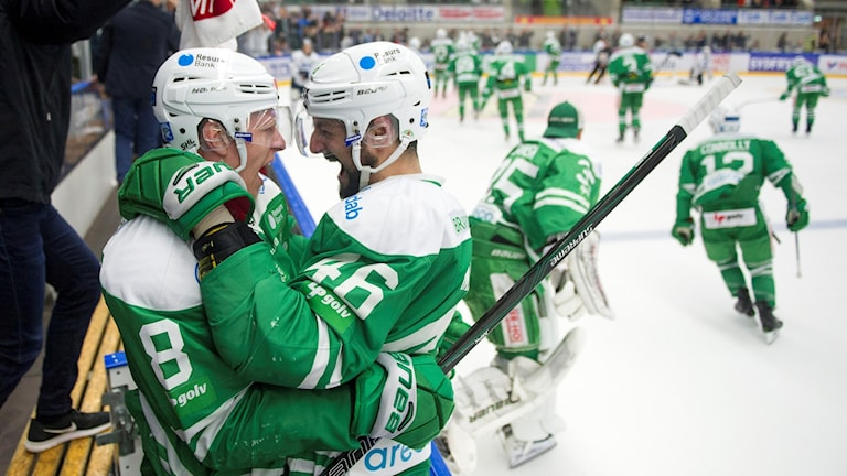 Rögles Jesper Williamsson och Kevin Marshall jublar efter torsdagskvällens kvalmatch till SHL mellan Rögle och Karlskoga.