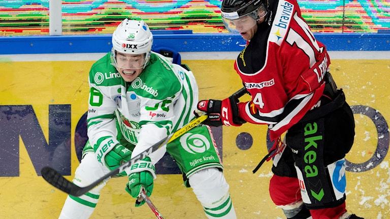 Rögles Filip Karlsson mot Malmös Noah Welch under måndagens ishockeymatch i SHL mellan IF Malmö Redhawks och Rögle BK.
