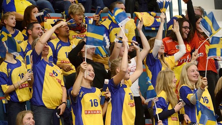 Svenska fans under söndagens match i grupp A mellan Sverige och Spanien under handbolls-EM på Hovet i Stockholm.
