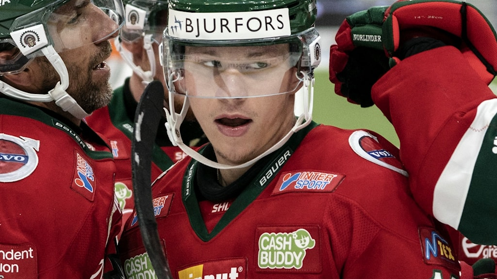 Lucas Raymond klappas om av klubbkamrater i Frölunda.
