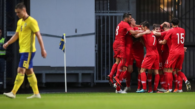 Turkiets Kubilay Kanatsizkus (nr 9) klappas om efter sitt 0-1 mål under tisdagens U21 EM-kval (herrar, grupp 6) mellan Sverige och Turkiet på Olympia.
